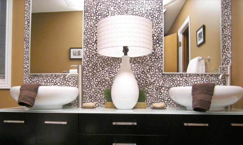 mirrored_bathroom_vanity